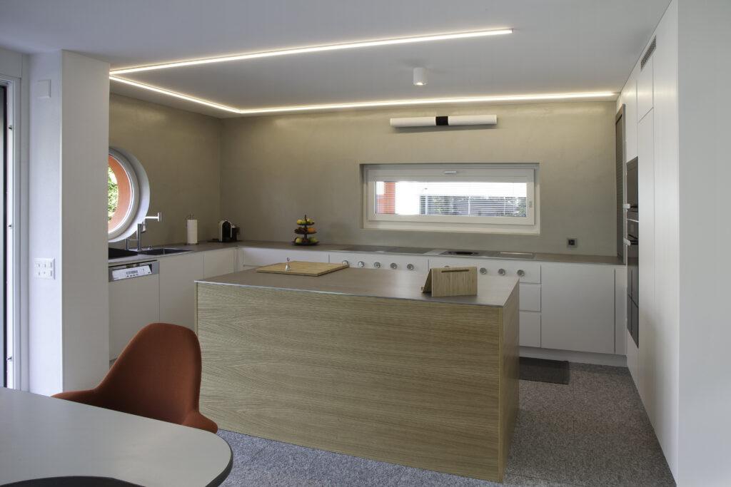 Cucina su misura con isola e led nel soffitto con altra prospettiva