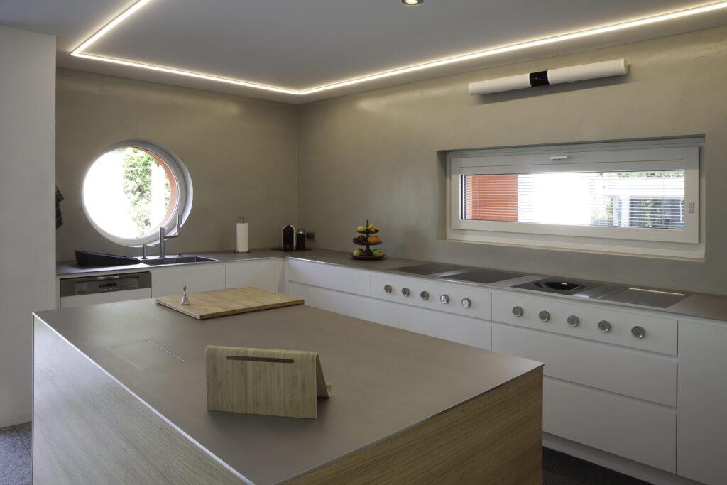cucina su misura con isola e led nel soffitto