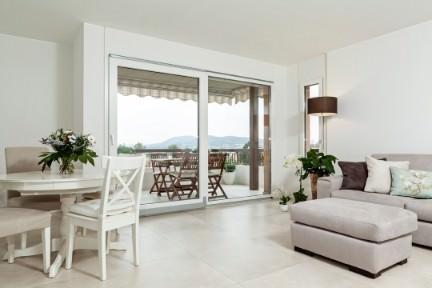 Interni bianchi di una casa in Ticino