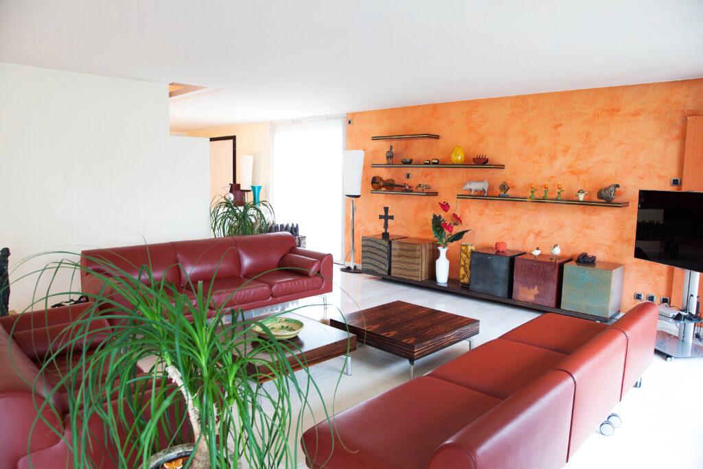 Arredamento su misura con divani rossi