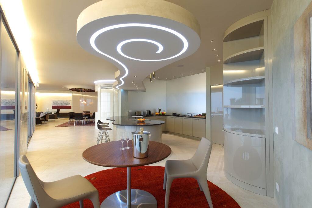 Grande cucina su misura con led nel soffitto