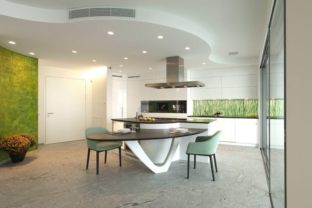 Cucina su misura con tavolo e sedie verdi