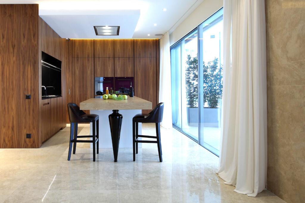 Cucina su misura con tavolo in legno