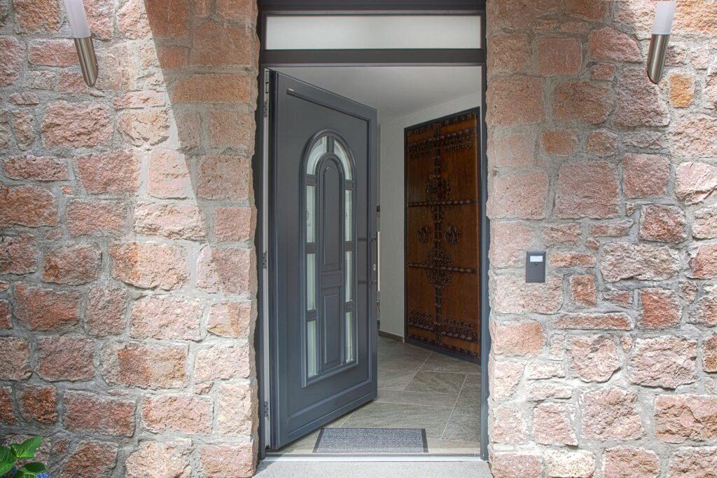 Porta d'ingresso su muro di pietra