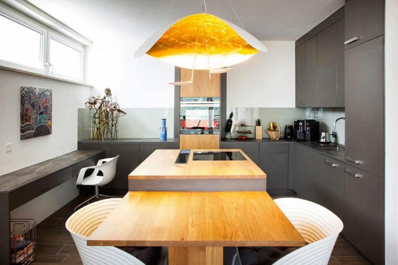 Dettaglio della cucina con isola